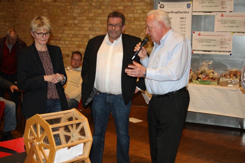 Ziehung der acht Weilke-Kurzreisen Andrea Lüke, Peter Vennemeyer, Werner Teupe (von links)